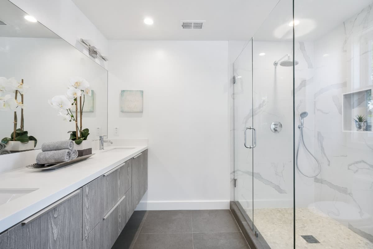 Spanplafond: 5 inspirerende badkamers om van weg te dromen