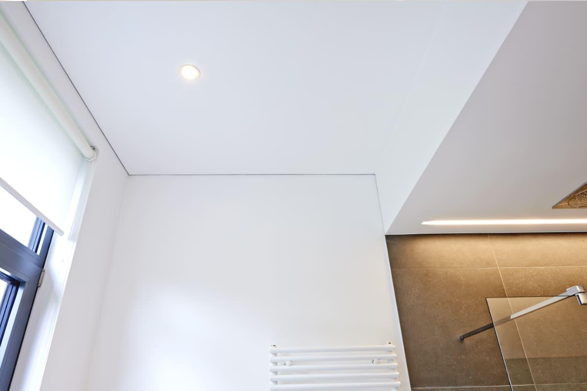 Wit spanplafond in de badkamer: voor- en nadelen